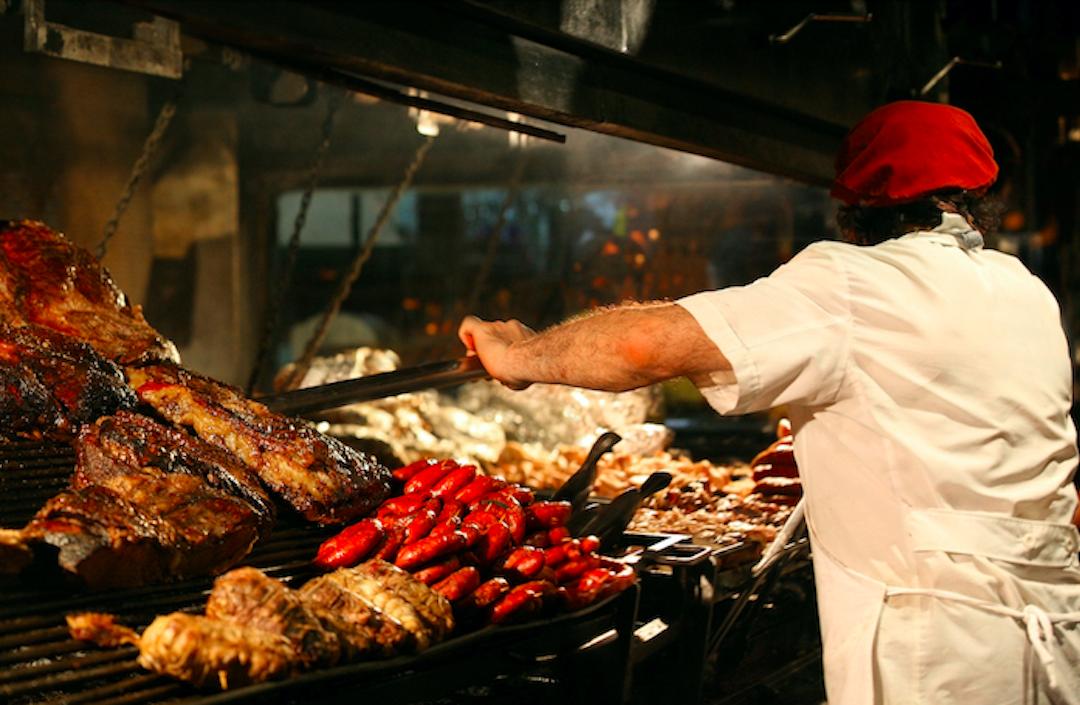 kucharz przyrządzający asado