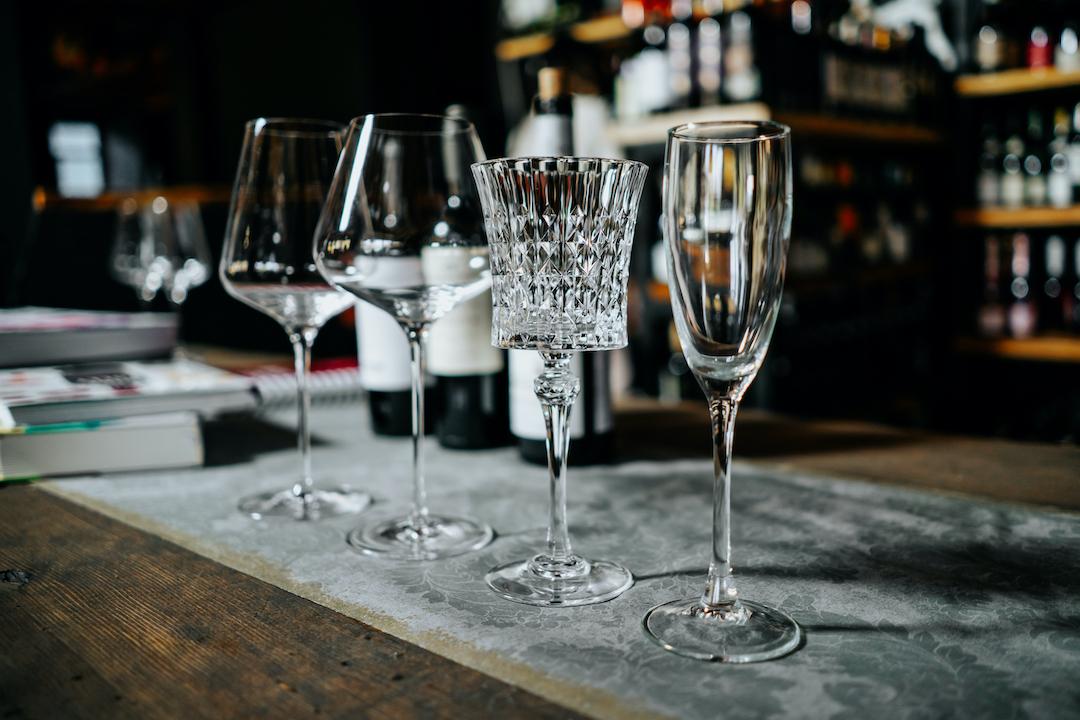 kieliszki do wina w restauracji