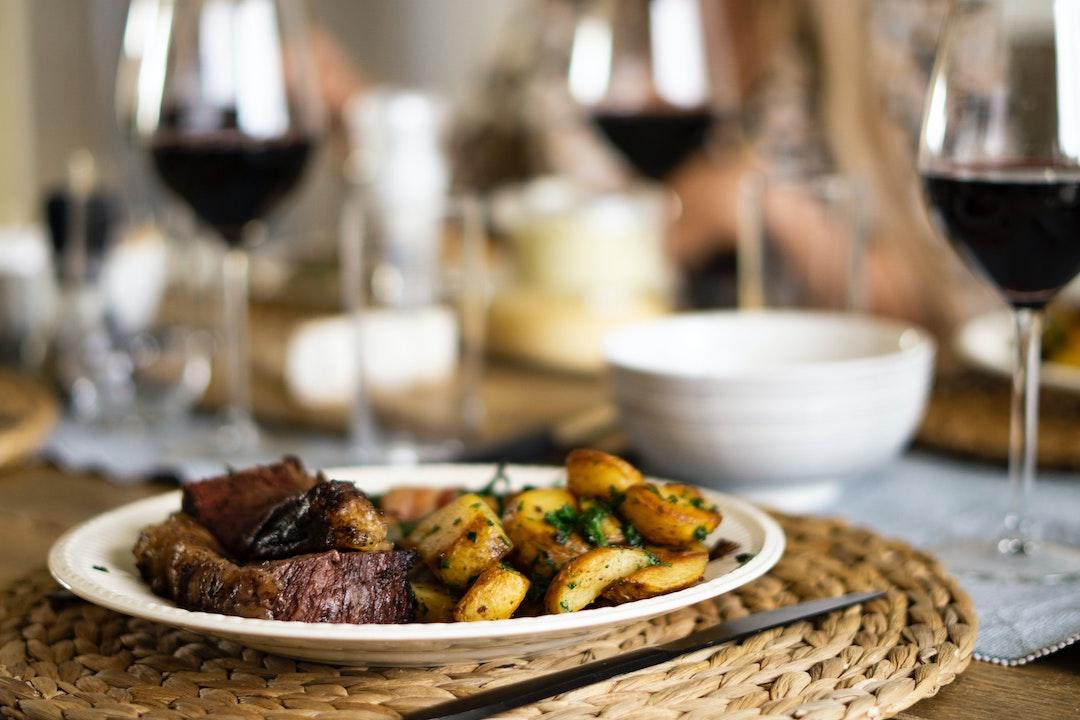mięso i wino na obiad